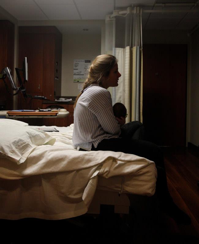 Eine Frau mit einem Baby auf dem Bett