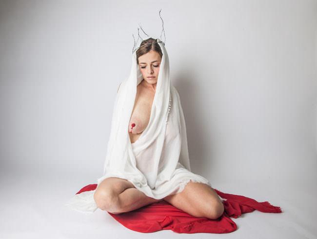 Frau mit Krone und blutender Brust