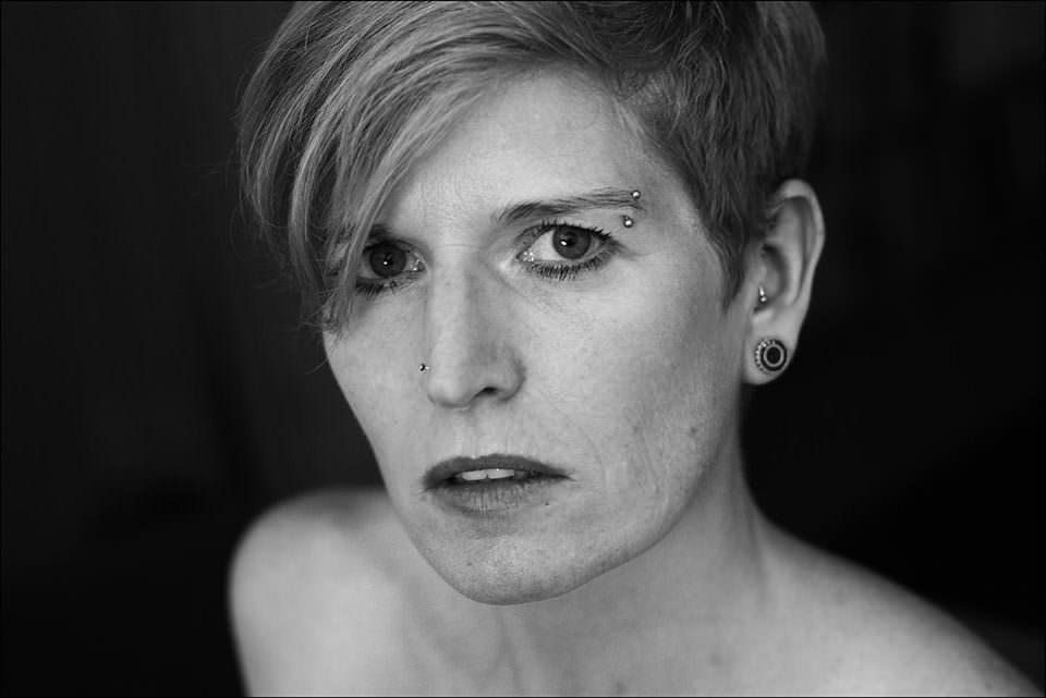Gesicht einer Frau mit kurzen Haaren.