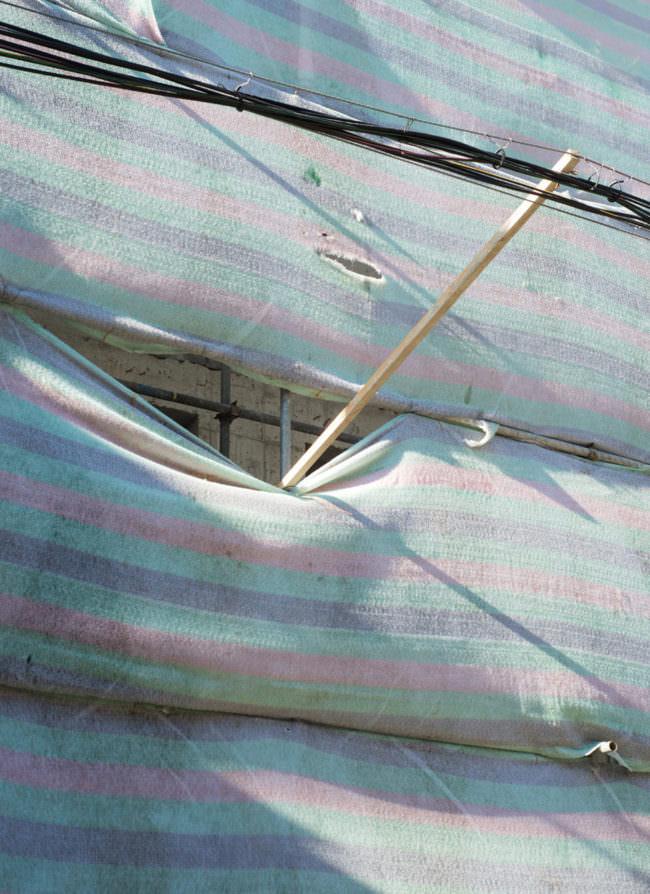 blau-rosa gestreifte Stoffbahnen