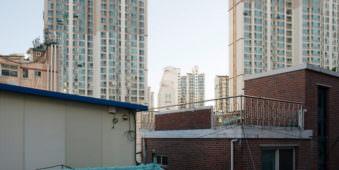 Häuser im Schatten mit Hochhäusern im Hintergrund