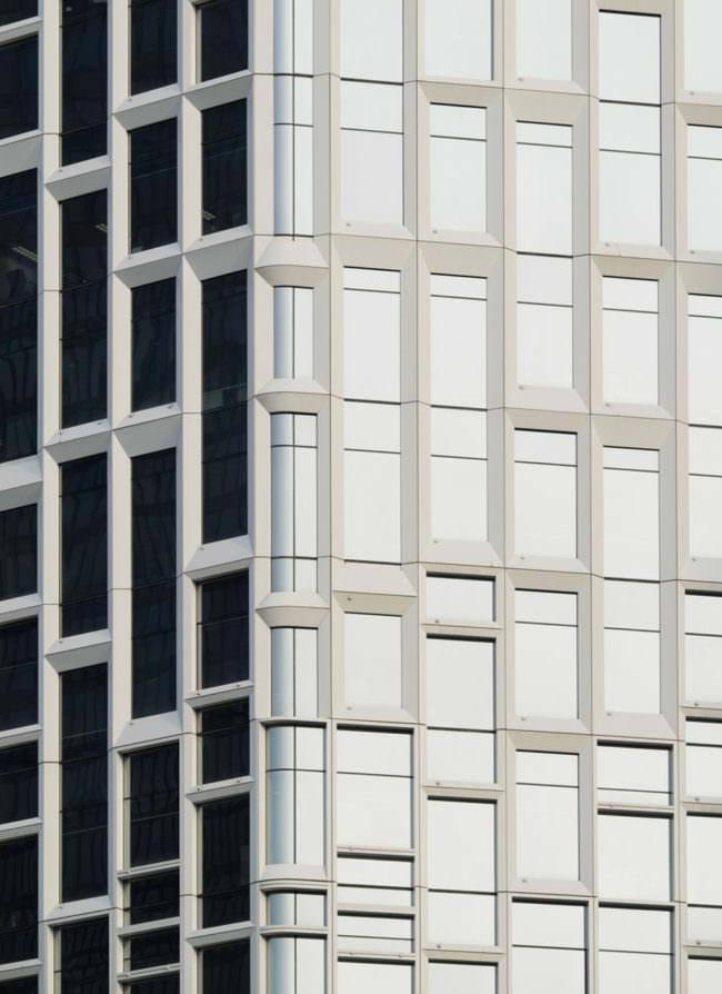 Hausfassade, deren Fenster das Licht reflektieren