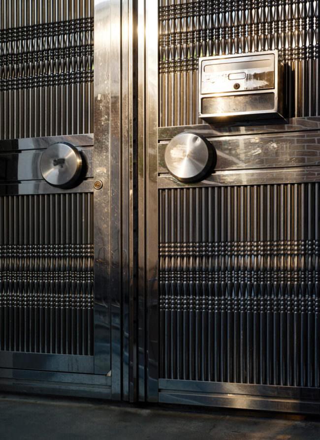 Detail einer dunklen Tür
