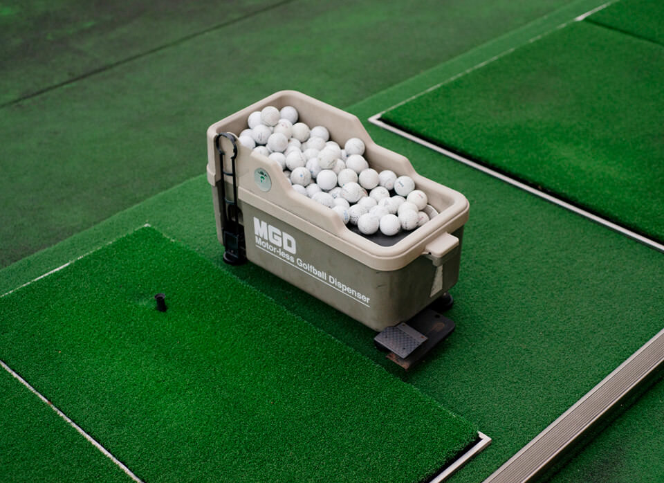 Golfbälle auf grünem Kunstrasen