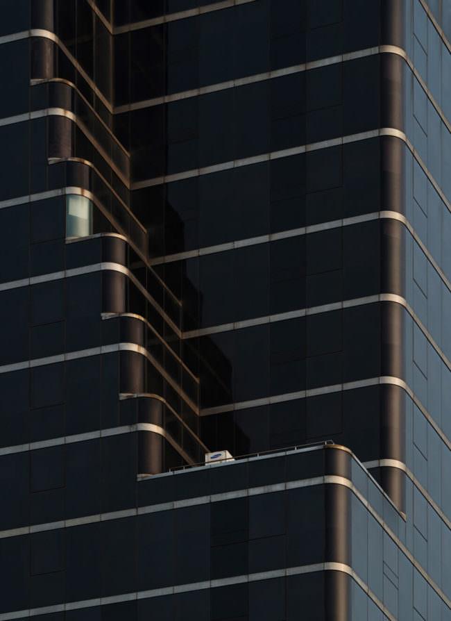 dunkle Fassade eines Hochhauses
