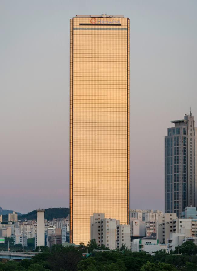 Im Abendlicht golden reflektierendes Hochhaus