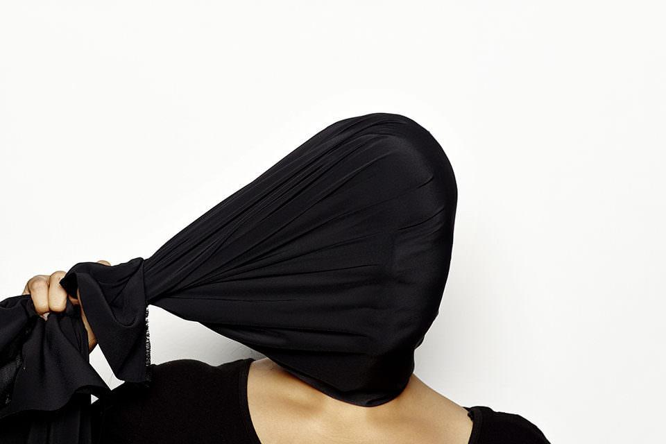 Person mit Tuch um den Kopf geschlungen.
