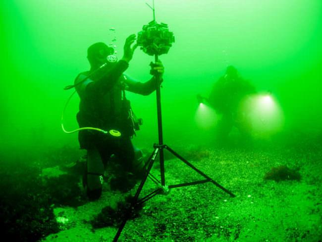 Taucher mit einer Kamera Unterwasser