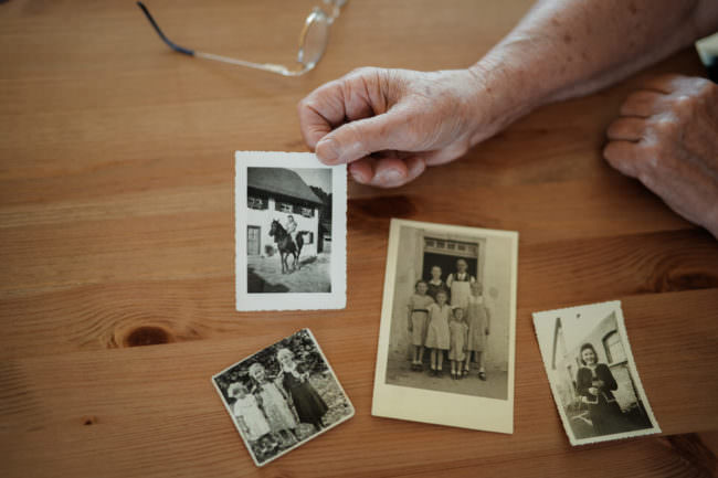 Alte Fotos auf einem Tisch