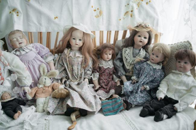 Puppen auf einem Bett