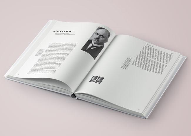 Aufgeschlagenes Buch mit Foto und Text