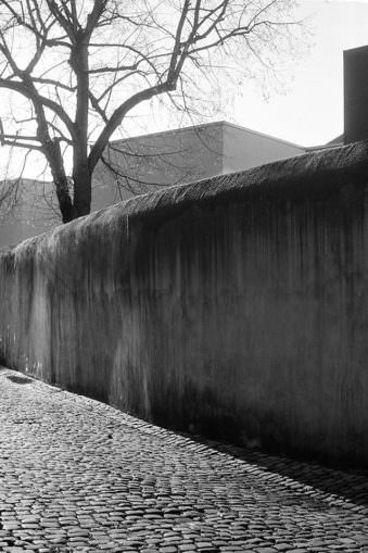 Eine steinerne Mauer.