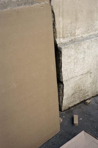Bruchkante einer Hauswand.
