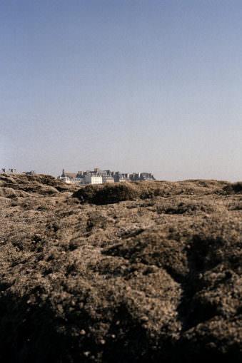 Landschaft mit entfernten Häusern.