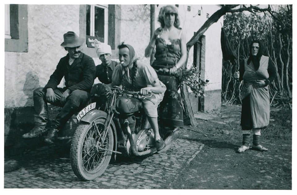 Männer als Frauen verkleidet auf einem Motorrad
