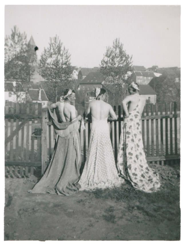 Männer an einem Zaun in Kleidern