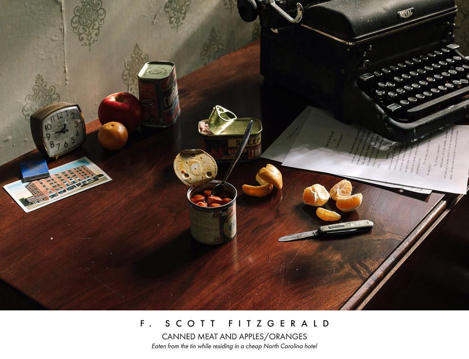 Snack auf einem Tisch mit Schreibmaschine
