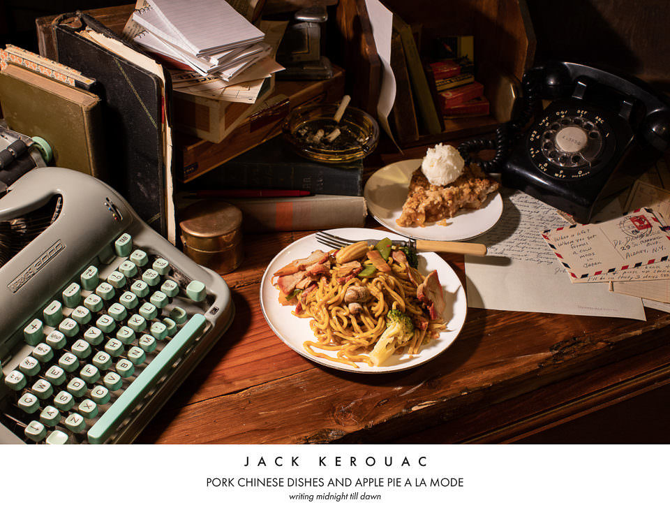 Chinesisches Essen neben einer Schreibmaschine