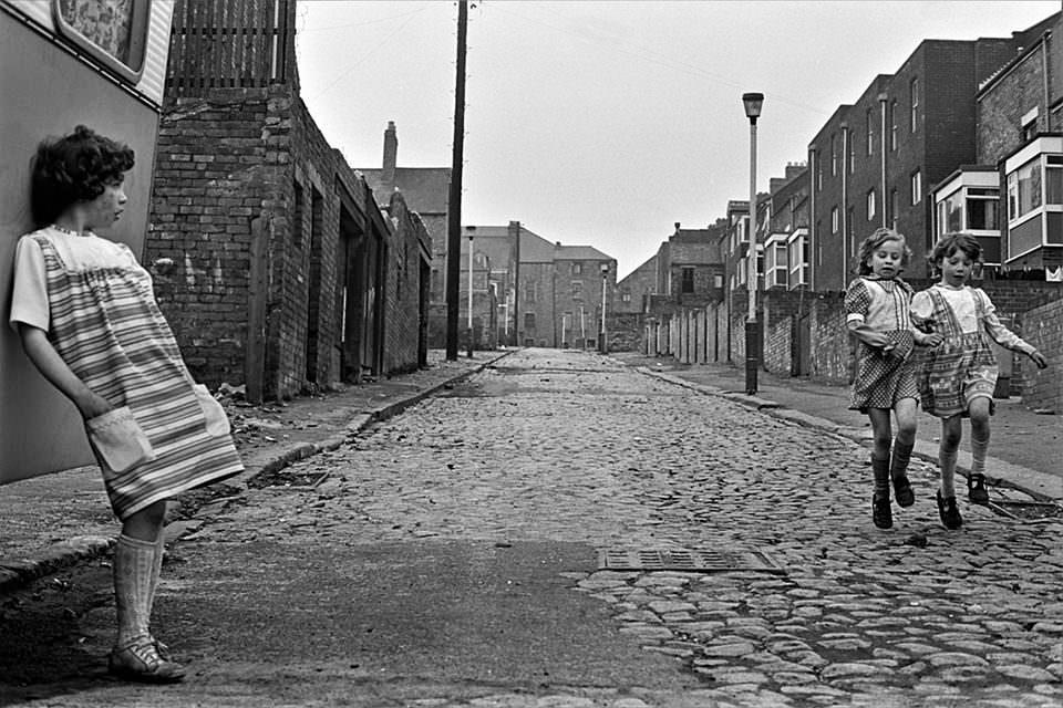 Kinder spielen auf einer Straße