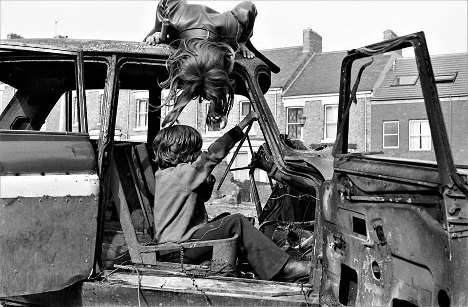 Kinder spielen mit einem kaputten Auto