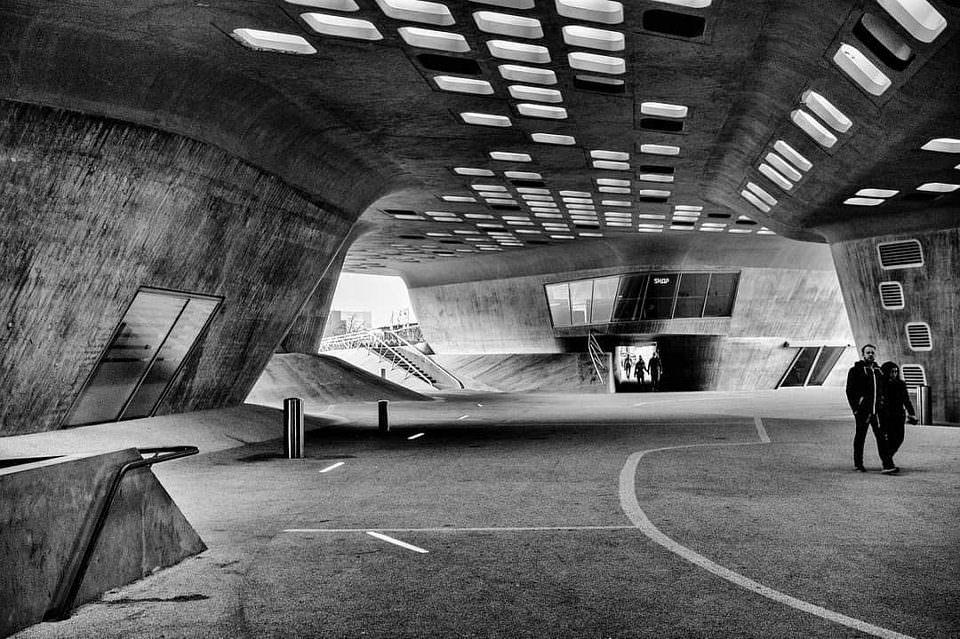 Zwei Personen in futuristischer Architektur.