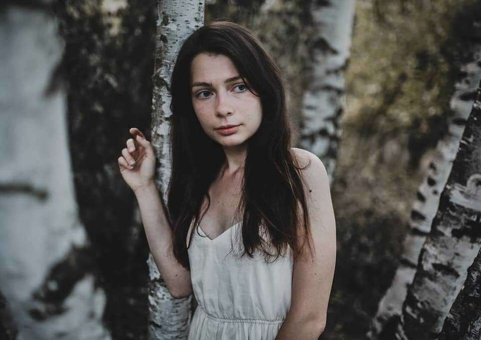 Portrait zwischen Birken
