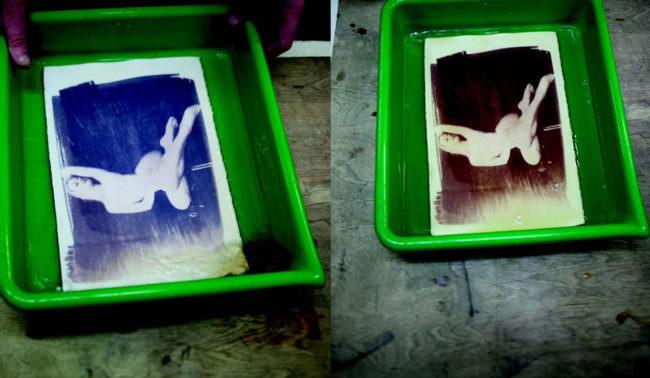 Bilder einer Frau im Akt in 2 Entwicklerwannen in verschiedenen Farben.