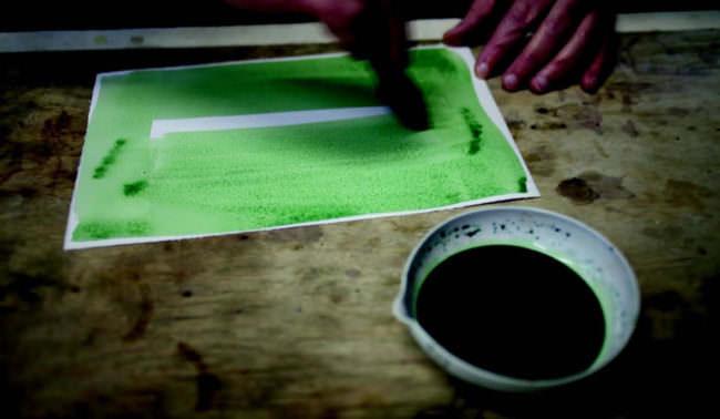 Blatt wird mit grüner Farbe eingepinselt.