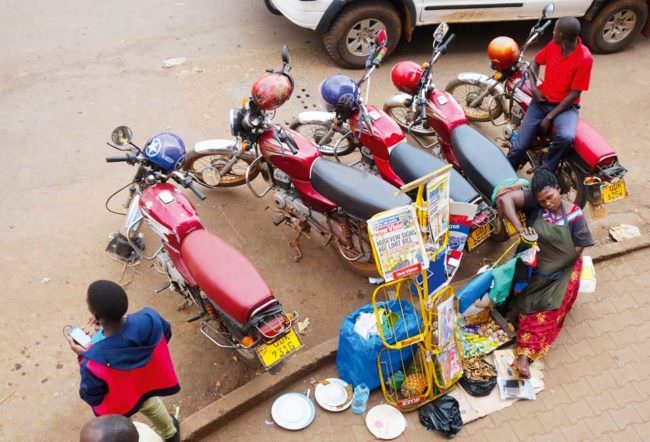 Motorräder stehen an einer Straße