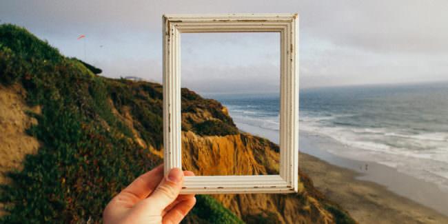 Rahmen vor Landschaft am Meer.