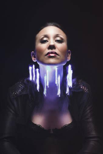 Frau mit violetten Lichtern um den Hals