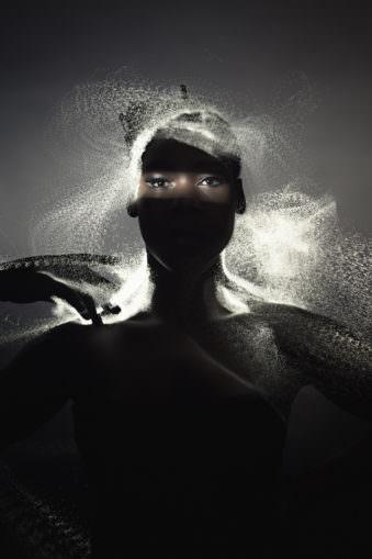 Frau mit Lichtern