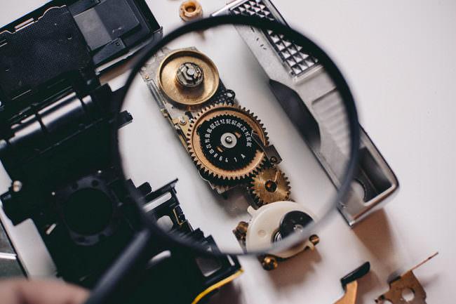 Lupenansicht einer Zeitanzeige einer analogen Kamera