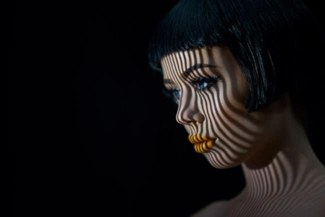 Gesicht einer Frau mit Schattenwurf