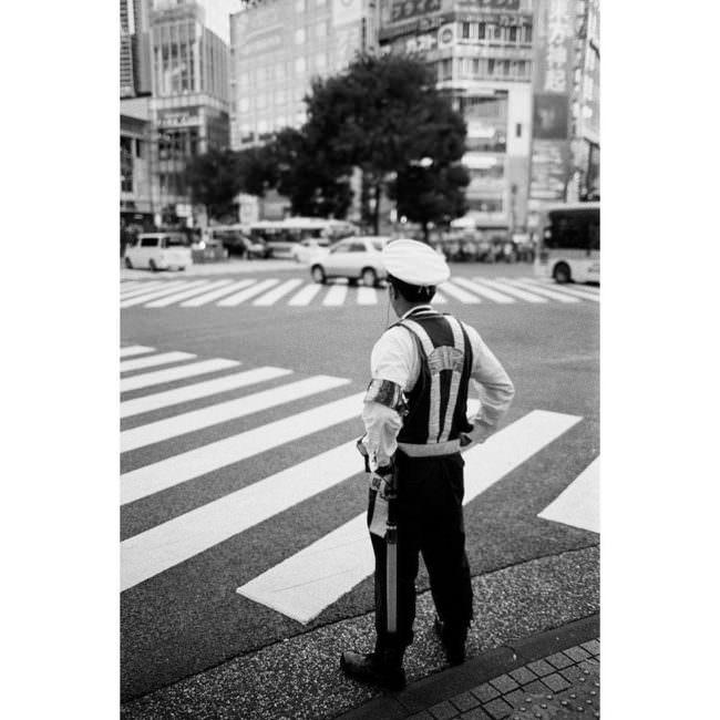 Polizist an einem Zebrastreifen