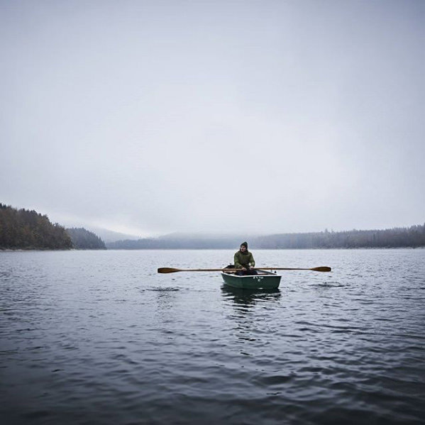 Ruderboot im Nebel