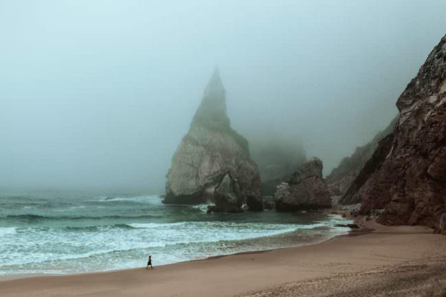 Steile Klippen am Strand im Nebel