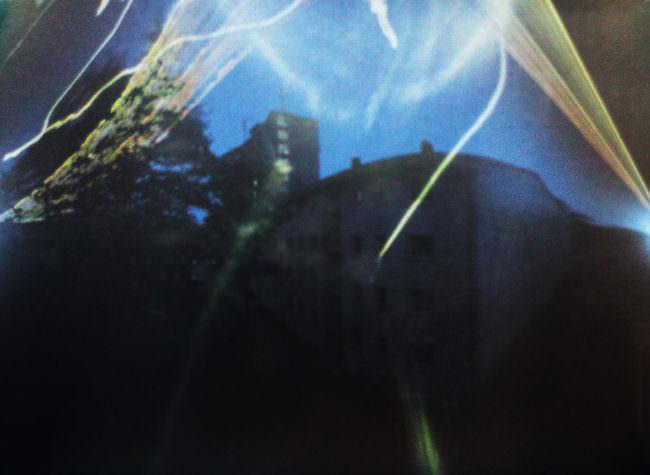 Lichtspuren über Häusern