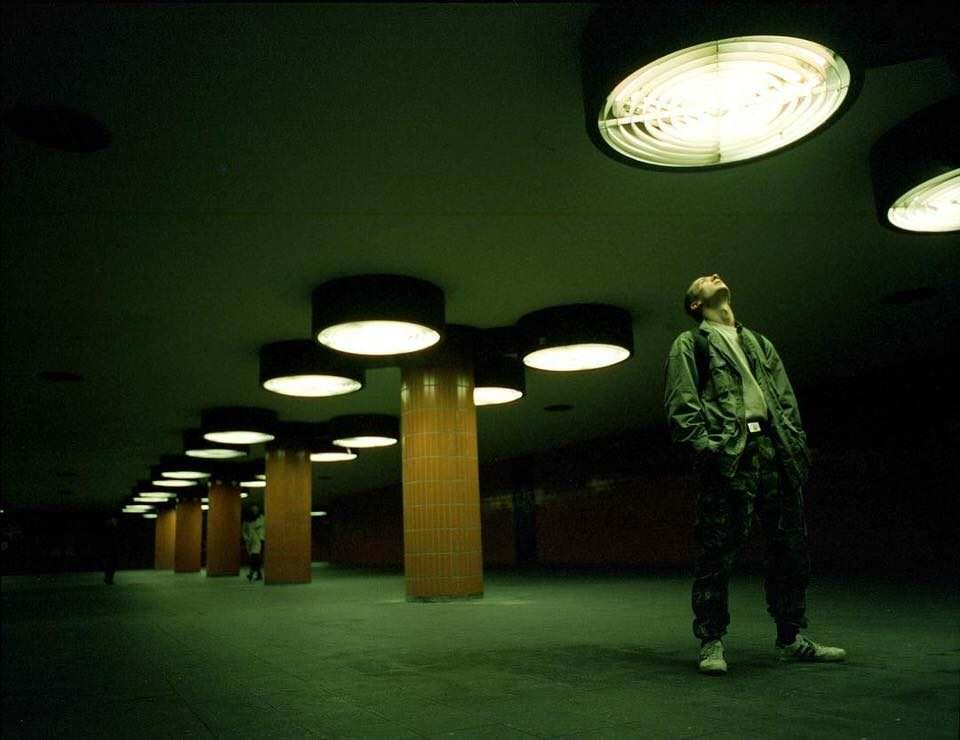 Mann in einer Unterführung zum Licht schauend