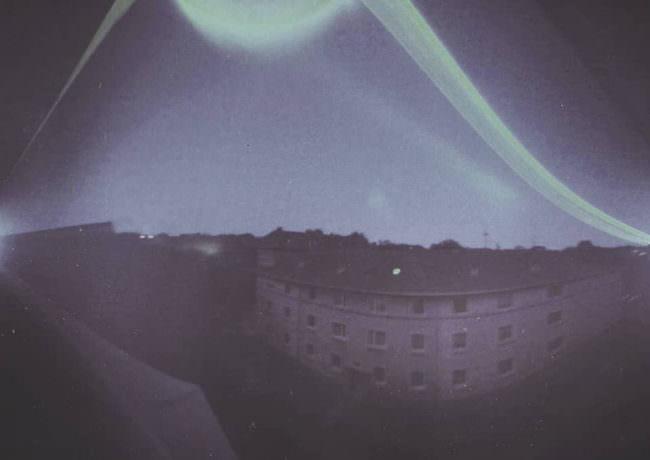 Lichtspuren über einem Häuserblock