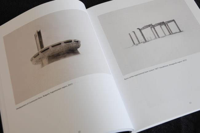 Aufgeschlagenes Magazin mit zwei Bildern