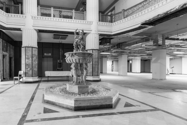 Verlassene Lobby mit Brunnen