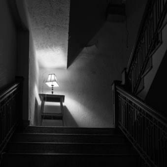 Stehlampe im Treppenhaus