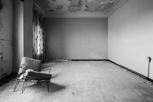 Kaputter Sessel in einem verlassenen Raum