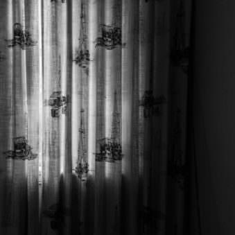 Vorhang mit Bohrtürmen