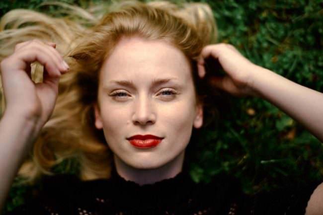 Frauengesicht lachend mit blonden Haaren