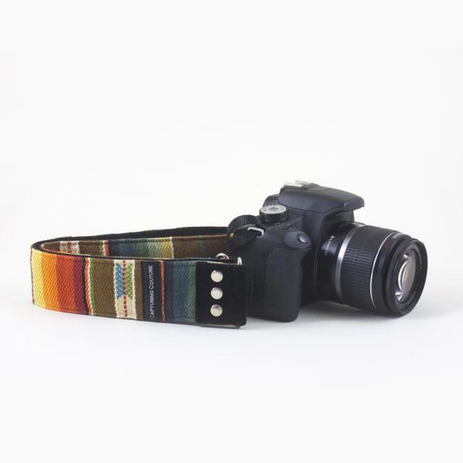Kamera mit buntem Gurt