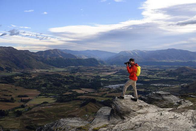 Mann mit Kamera in Landschaft