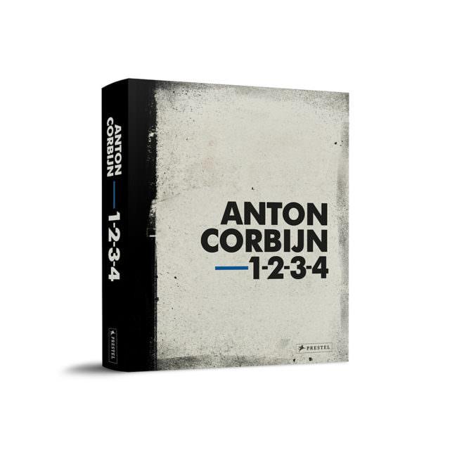 Buch vor weißem Grund. Anton Corbijn.