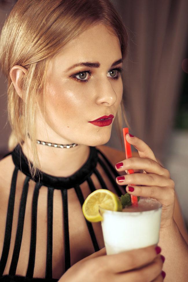 Eine Frau mit Getränk
